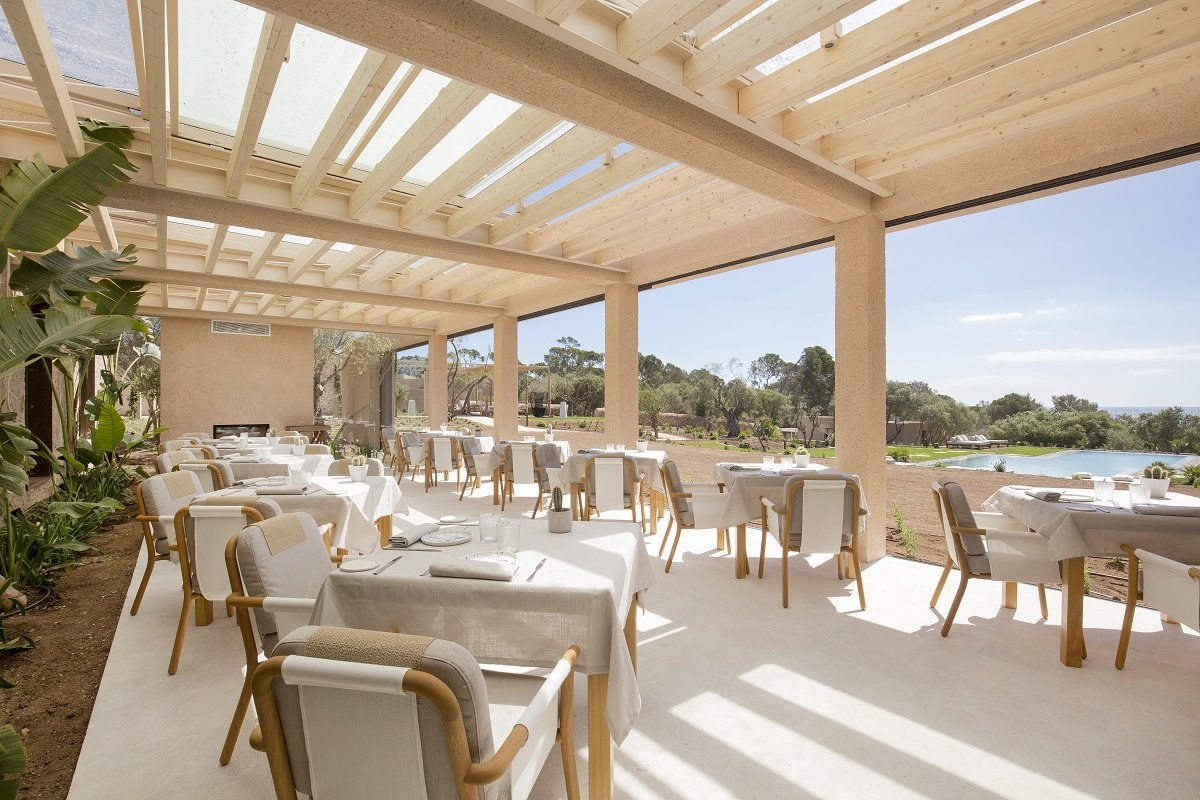 Enjoy lunch on the terrace at Hotel Pleta de Mar Hotel