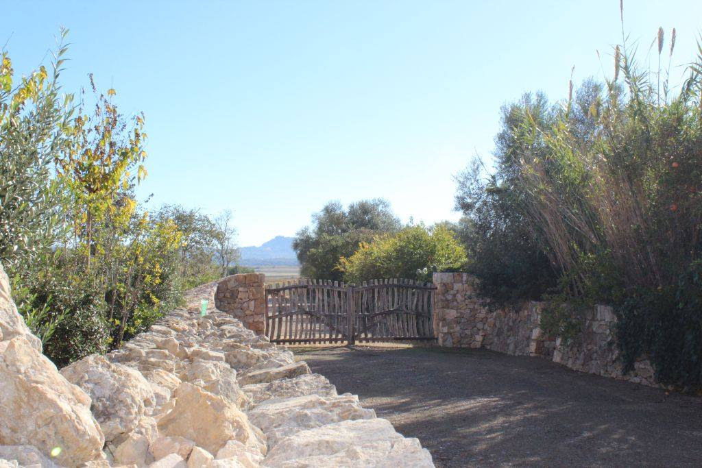 The welcoming handmade gates Aubocassa Estate - MallorcanTonic