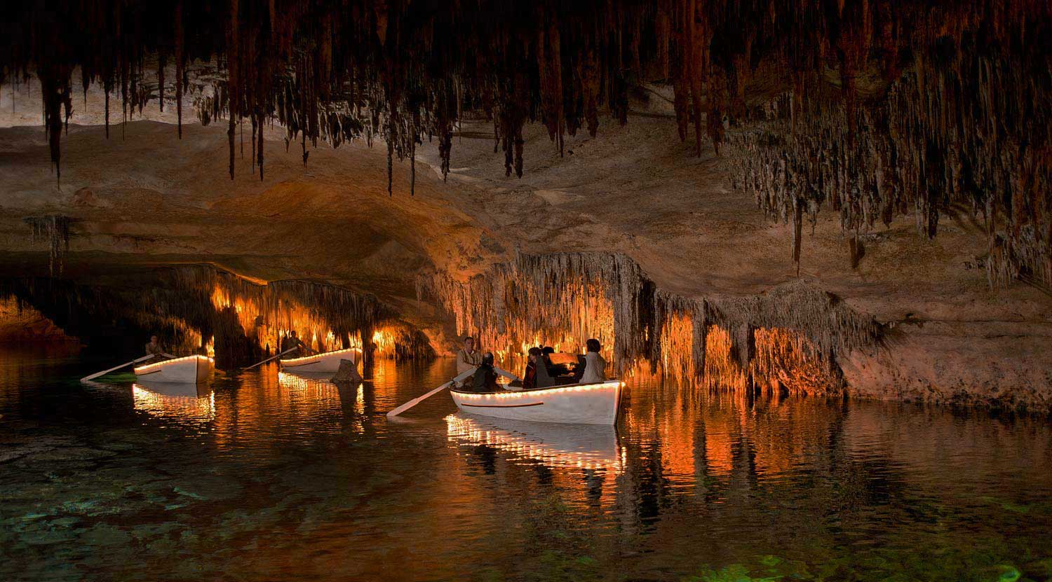 Floating boats in the magnificent Caves of Drach - Majorca